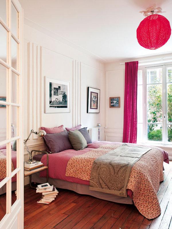 El dormitorio está decorado en tonos rosas y grises, creando un interior muy alegre.