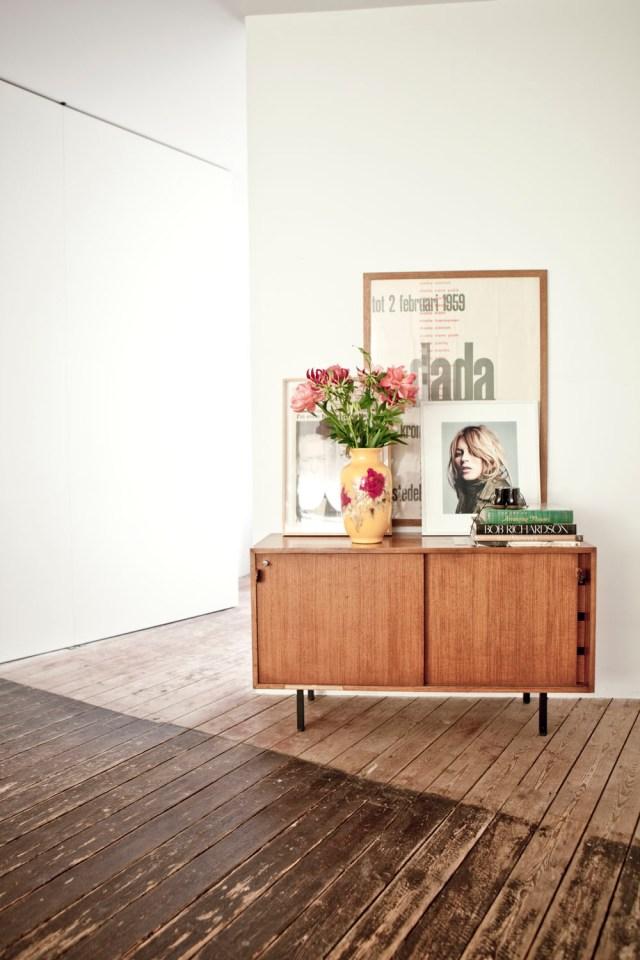 Detalles de composición en rincones. Un aparador nórdico con flores, fotografías, pósters...