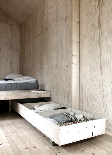 Un cajón bajo la cama hace las veces de zona de almacenaje del espacio.