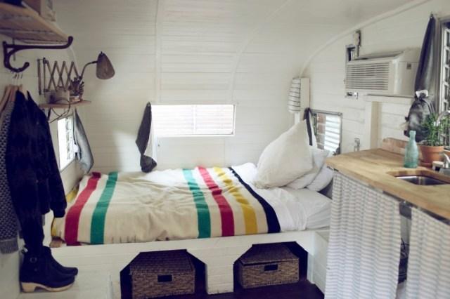 La cama está siempre hecha, con cestas debajo a modo de almacenaje.
