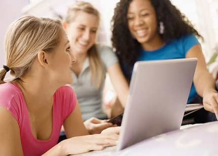 Jóvenes le creen más a los amigos que a las marcas
