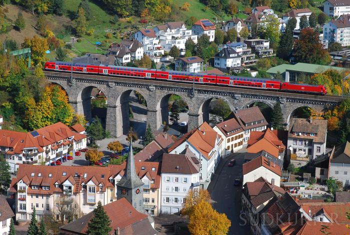 Schwarzwaldbahn fährt über das Vidaukt in Hornberg. Bild: Sprich