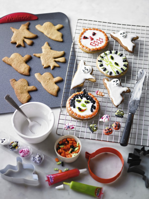 Halloween spiced biscuits for kids to make. Easy and fun for Halloween parties
