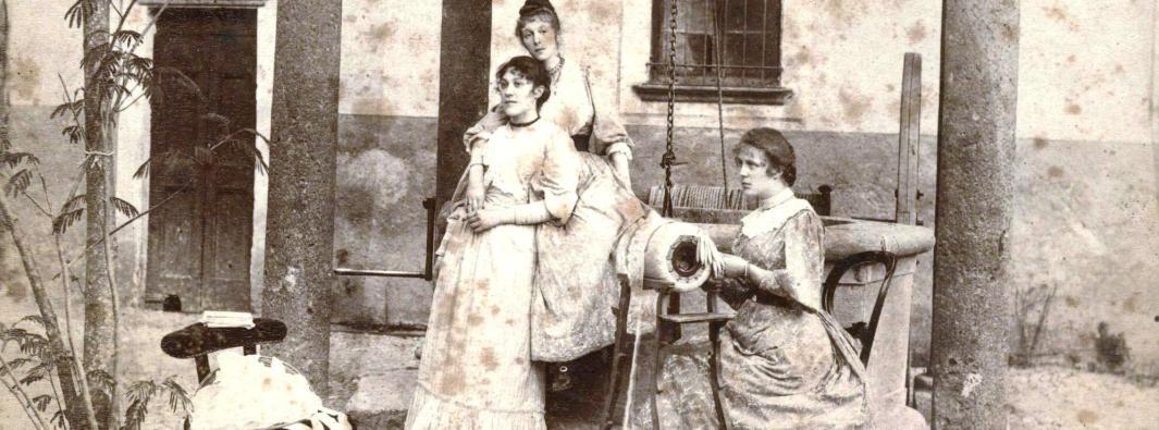 Amiche al tombolo sul pozzo Vercellino in casa Bassi (Trezzo)
