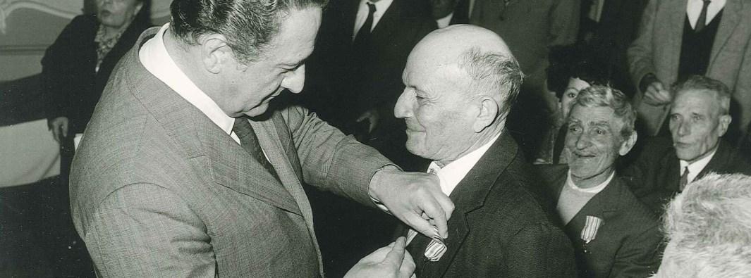 Il sindaco Carletto Colombo assegna il Cavalierato di Vittorio Veneto ad un reduce trezzese (Archivio Comunale)
