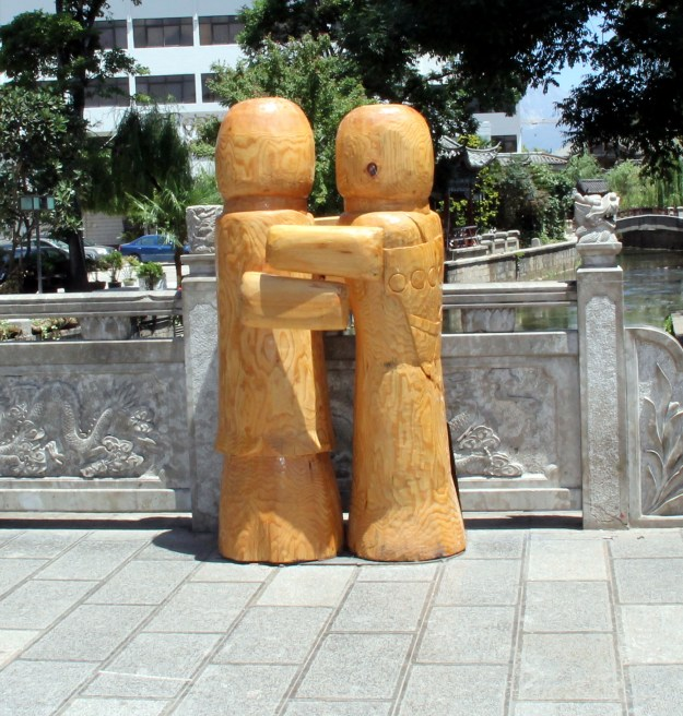 couple statue lijiang china