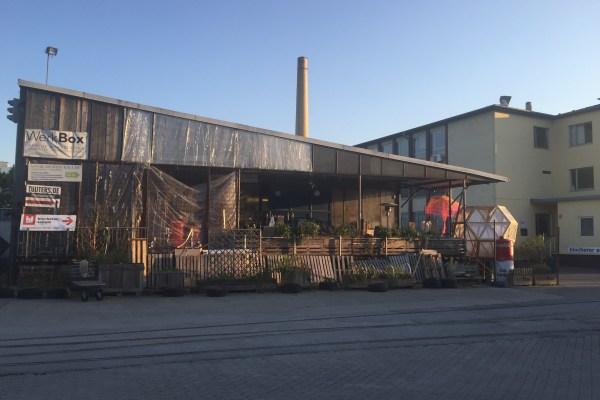 Die WerkBox auf dem Geländer der Partymeile Kulturfabrik von außen. Im Sommer findet das RepairCafé auf der Terrasse statt (Foto: Winderl)