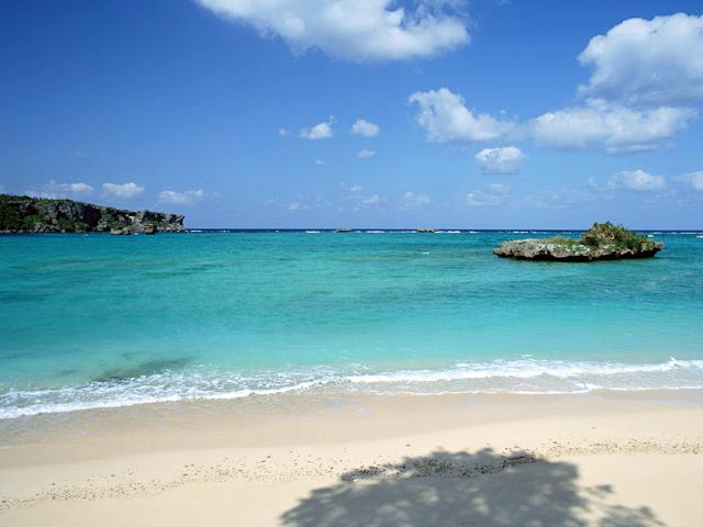 Tuy phần lỡn lãnh thổ nằm trong khu vực ôn đới, Nhât Bản vẫn có những vùng biển á nhiệt đới ấm áp thu hút đông đảo khách tham quan (Okinawa)