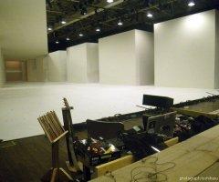 7月10日 音楽監督・内橋の演奏ブース。劇中では即興の演奏が客席の間近で行われる。