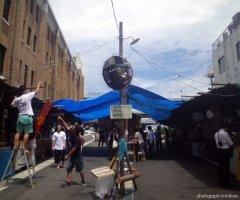 7月15日 週末はマチネとソワレの2回公演が行われる。屋台村では強い日差し対策として屋根が張られる。