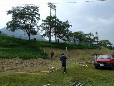 屋台村は劇場から一段低い場所にある。道具チームは劇場へと上がる階段を組んでいく。