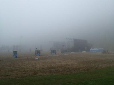 9月28日 全ての公演を終え今日から会場の解体作業が始まる。早朝の会場と周囲の山々は霧に包まれる。