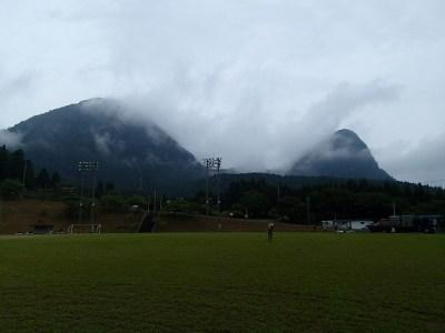 雨雲に覆われたかぶと岳とよろい岳。この雄大な自然の中に特設劇場を作っていく。