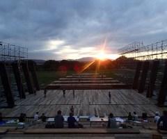 夕陽に合わせて上演されるため、稽古もその時間に行われた。生駒山に沈む夕日を背景にして、冒頭のシーンが作られていく。