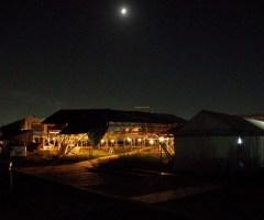 屋台村にも電気が引かれ明かりが灯る。