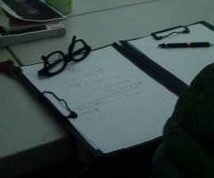 稽古で見えた課題や翌日の予定が、毎日の最後のミーティングで伝達される。