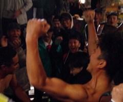 千秋楽前日の屋台では恒例の腕相撲大会が開かれ、大いに盛り上がる。今年は美術を担当した白藤氏が優勝を果たした。