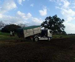 午後には資材とゴミの搬出を終え、最後のトラックが出ていくのを全員で見送る。
