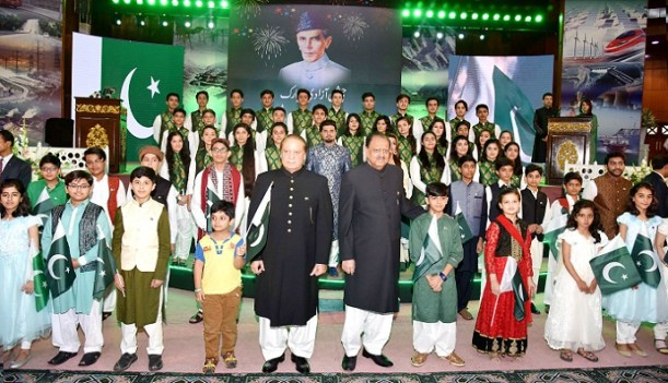 President Mamnoon Hussain and PM Nawaz Sharif in a group photo with the children to mark 69th Independence Day of Pakistan at Convention Center, Islamabad on August 14, 2016. Photo: PID