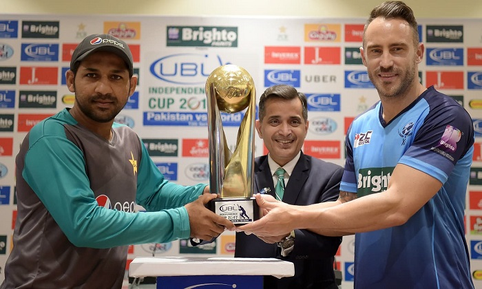 Pakistani cricket captain Sarfraz Ahmad (L) and International World XI captain Faf du Plessis hold the Independence Cup trophy during a ceremony at the Gaddafi Cricket Stadium in Lahore on September 11, 2017. A World XI squad comprising 13 players from seven top cricket-playing nations landed in Lahore early on September 11 amid massive security, with Pakistan hoping the tour will end years of international isolation. - AFP PHOTO