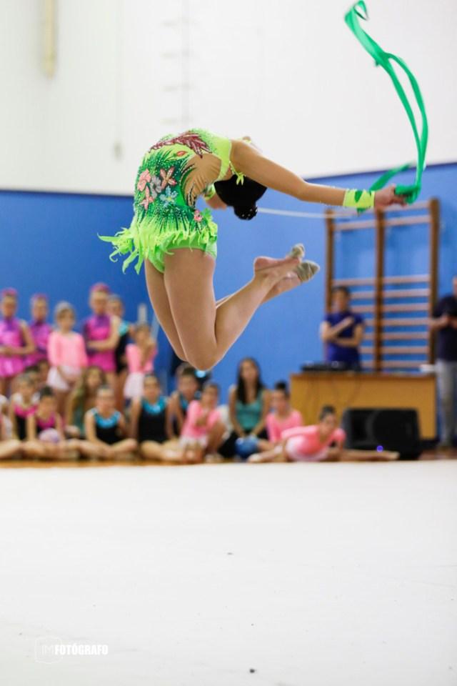 En este salto los pies no llegan a la cabeza, esta fotografía es errónea porque no está con el movimiento completo.