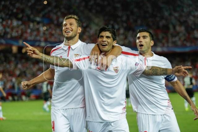Krychowiak, Banega y Reyes celebran el 2-0.