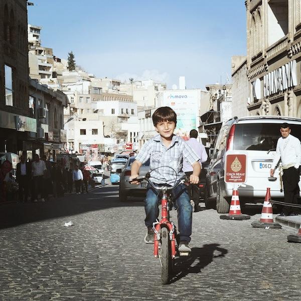 Junge auf Fahrrad Türkei