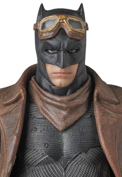 MAFEX-BvS-Knightmare-Batman-002