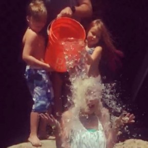 Tori Spelling's family giving her the ice bucket challenge