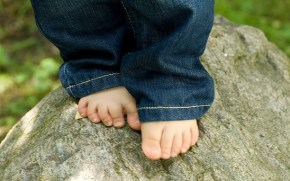 Should kids wear shoes? Two mums go head-to-head.