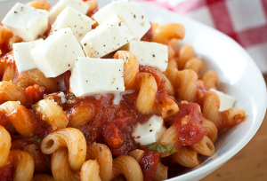 Margherita macaroni with fresh mozzarella