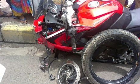Bajaj-Pulsar-RS-200-broken-alloy-wheel-4