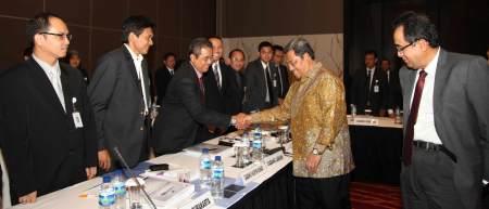 Gubernur Jabar Ahmad Heryawan ditemani Direktur Utama Bank BJB Bien Subiantoro menyalami para direksi usai menghadiri Raker BJB, Jumat (25/1).