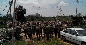 Petugas gabungan melakukan penertiban bangunan liar di Jalan Karawang, Kamis (6/10). (jabartoday/avila dwiputra)