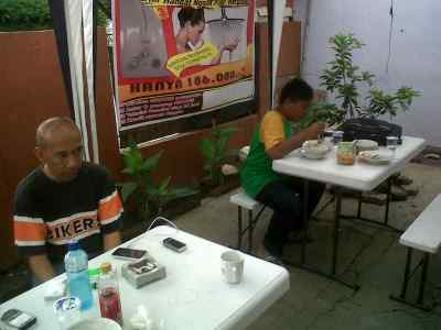 Para pengunjung sedang menikmati sajian soto Bogor di warung yang berlokasi di Jalan Sukanegara 19 Bandung. (JABARTODAY/AVILA DWIPUTRA)