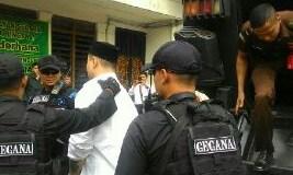 Terdakwa penusukan anggota Kopassus dibawa ke ruang sidang, Senin (26/9).