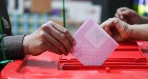 A Tunisian casts his checked ballot in a box as he votes in the first free municipal elections since the 2011 revolution, at a polling station in Ben Arous near the capital Tunis on May 6, 2018. - Tunisians head to the polls on May 6 in what is seen as another milestone on the road to democracy in the birthplace of the Arab Spring, despite muted interest in the poll as struggles with corruption and poverty continue. Though parliamentary and presidential votes have taken place since the fall of dictator Zine El Abidine Ben Ali, municipal polls have been delayed four times due to logistic, administrative and political deadlocks. (Photo by FETHI BELAID / AFP)