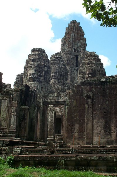 398px-Bayon_temple_-_closer_view