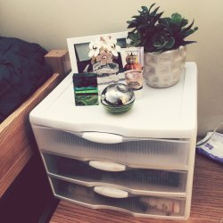 Splendent Se Plasticdrawers I Bought From Target Over I Use My Desk As My Vanity Soit Keeps My College Dorm Makeup Collection My Makeup I Store My Makeup A Majority Beauty Tricks Haircare