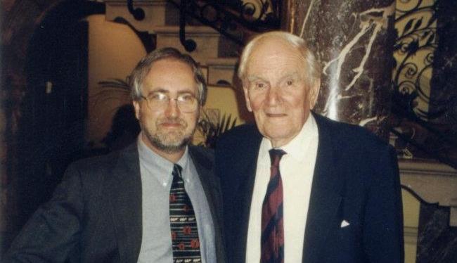 Raymond Benson et Desmond Llewelyn (Q)