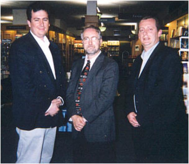 Raymond Benson entouré deLaurent Perriot et de François-Xavier Busnel.