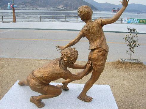 Korean kidsstickingtheirfingerup…