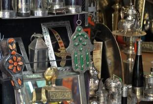 """Ręka Fatimy (jak kołatka do drzwi ileś zdjęć wcześniej). Amulet chroniący przed złem i przynoszący szczęście. Popularny w kulturze arabskiej i żydowskiej. W arabskiej jest to ręka Fatimy (córki proroka Mahometa), w żydowskiej - Miriam (siostry Mojżesza). Jego nazwa """"khamsa"""" znaczy po arabsku i po hebrajsku """"pięć""""."""