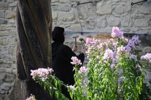 Obstukiwanie dookoła cerkwi lub na jej murach to dość często spotykany rytuał monastyrów. W czasach najazdów tureckich przetapiano dzwony na broń, a czas na mszę wystukiwano młotkiem.