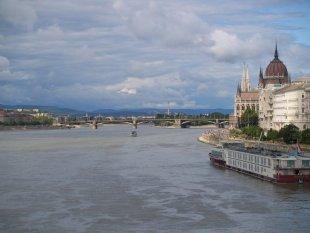 Dunaj, po prawej Peszt z Parlamentem.