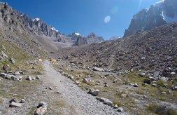 Koniec doliny Ak Sai i baza alpinistyczna.