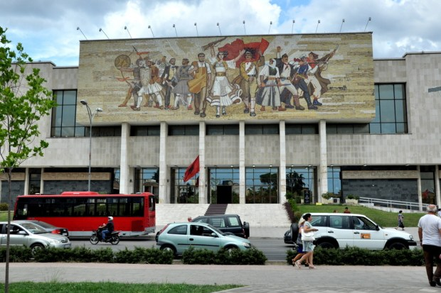 """Narodowe Muzeum Historyczne i mozaika pt. """"Albania – alegoria państwa i narodu""""."""