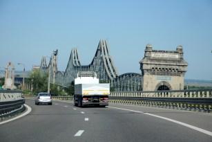 Autostrada do Bukaresztu i most nad Dunajem.