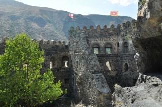 Źródła podają, że budowę zamku rozpoczęto w II wieku przed naszą erą i że mury były świadkiem walk Aleksandra Macedońskiego.