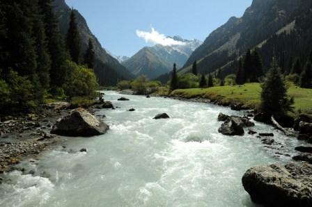 Przekraczamy rzekę, by wejść w wąwóz Kurgak Tor.
